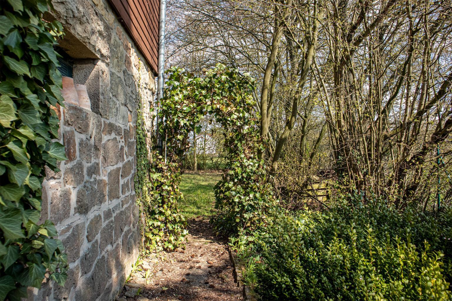 Zugang neben dem Haus in den Garten