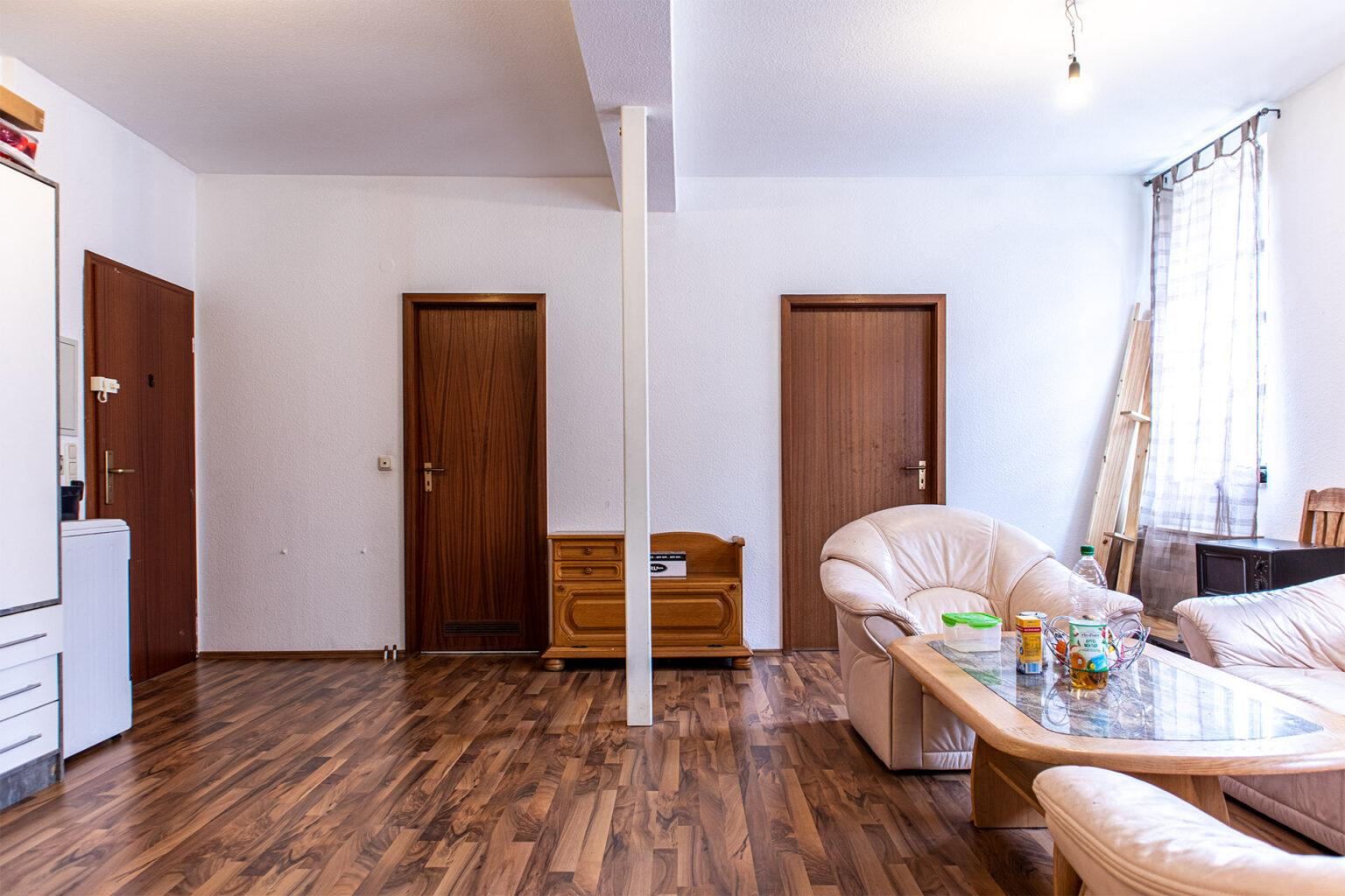 Blick auf den Eingang, das Badezimmer und die Küche