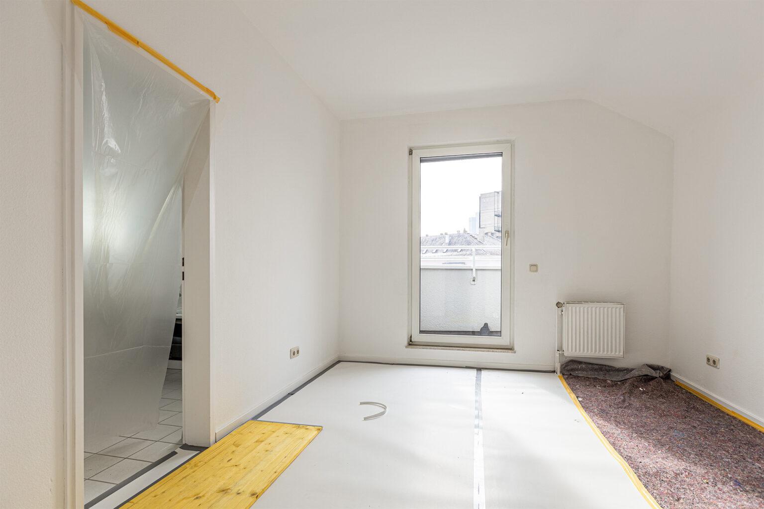 Zimmer mit Zugang in Bad und auf den Balkon